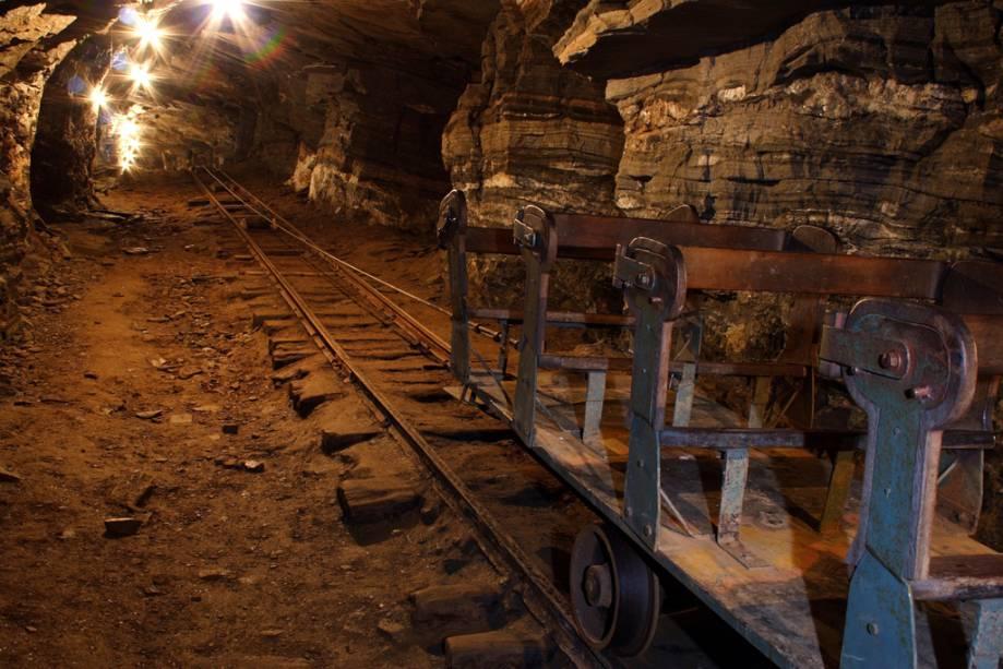 """À beira-mar""""http://viajeaqui.abril.com.br/estabelecimentos/br-mg-mariana-atracao-mina-de-ouro-da-passagem-1720"""" rel =""""Passagem da mina de ouro""""> Passagem da Mina de Ouro, os turistas descem 120 metros para observar as cavidades por onde o metal foi extraído"""" class=""""lazyload"""" data-pin-nopin=""""true""""/></div> <p class="""