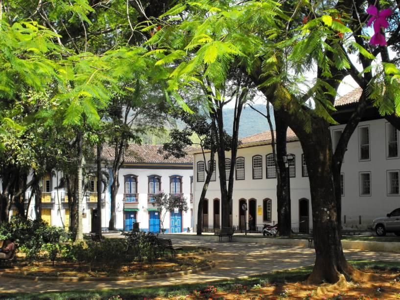 """Com quase 60.000 habitantes,""""http://viajeaqui.abril.com.br/cidades/br-mg-mariana"""" rel =""""Mariana (MG)""""> Mariana (MG) é uma cidade histórica mais tranquila em termos de badalação""""http://viajeaqui.abril.com.br/cidades/br-mg-ouro-preto"""" rel =""""Ouro Preto""""> Ouro Preto"""" class=""""lazyload"""" data-pin-nopin=""""true""""/></div> <p class="""