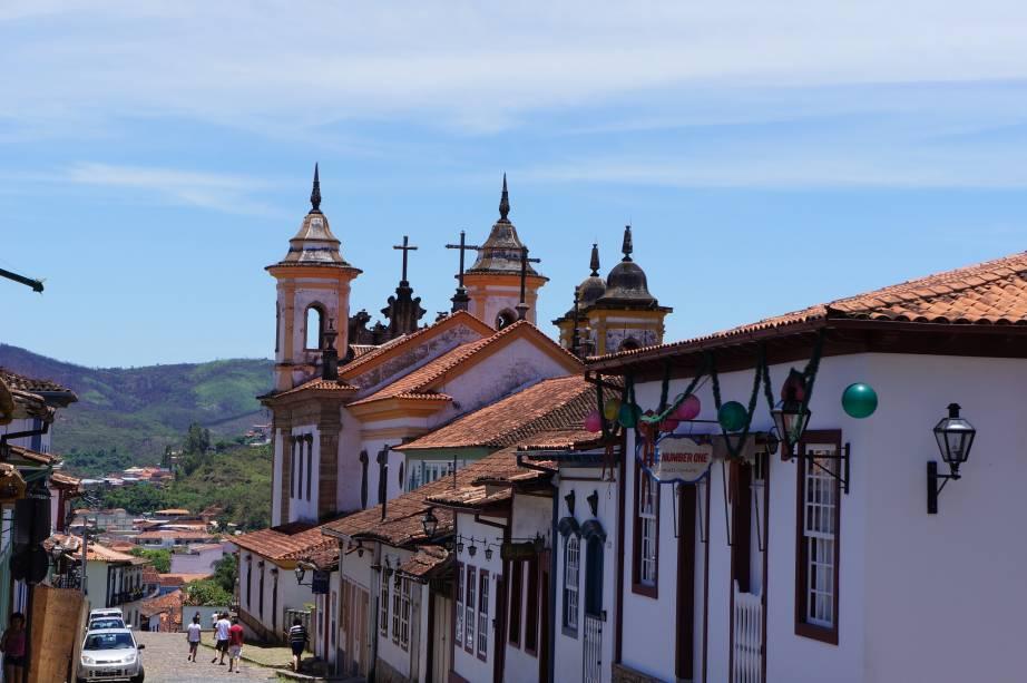 """Hora extra,""""http://viajeaqui.abril.com.br/cidades/br-mg-mariana"""" rel =""""Mariana""""> Mariana perdeu espaço""""http://viajeaqui.abril.com.br/cidades/br-mg-ouro-preto"""" rel =""""Ouro Preto""""> Ouro Preto, mas ainda atrai turistas graças aos casarões coloniais, igrejas e artesãos"""" class=""""lazyload"""" data-pin-nopin=""""true""""/></div> <p class="""