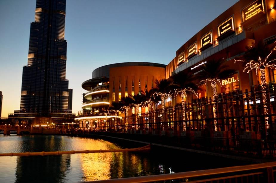 Gigantes lado a lado: o maior shopping do mundo, o Dubai Mall e (apenas a base) o prédio mais construído do mundo, o Burj Khalifa