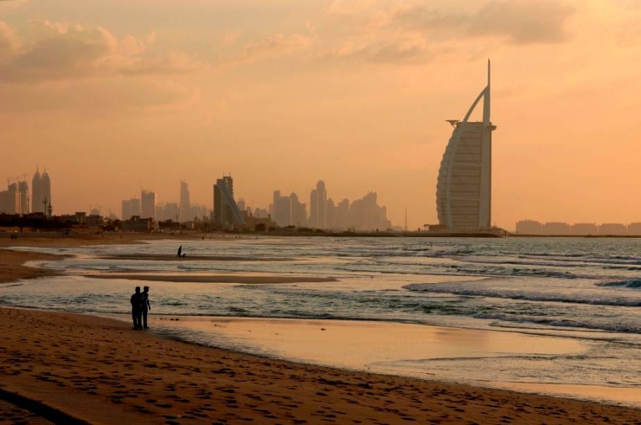"""Amanhecer em""""http://viajeaqui.abril.com.br/cidades/emirados-arabes-unidos-dubai"""" rel =""""Dubai"""" Objetivo =""""_vazio""""> Dubai com o Burj al Arab ao fundo"""" class=""""lazyload"""" data-pin-nopin=""""true""""/></div> <p class="""