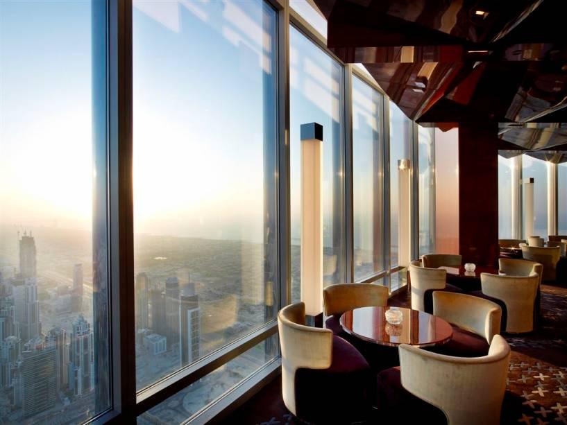 O salão do restaurante At.mosphere é ideal para um almoço leve ou chá da tarde.  À noite, a vista é acompanhada por música lounge mixada por um DJ house