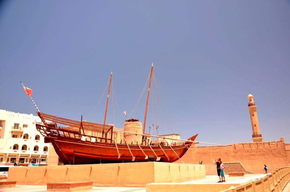 O Museu de Dubai, localizado no antigo Forte Al-Fahidi, é uma ótima introdução à história local