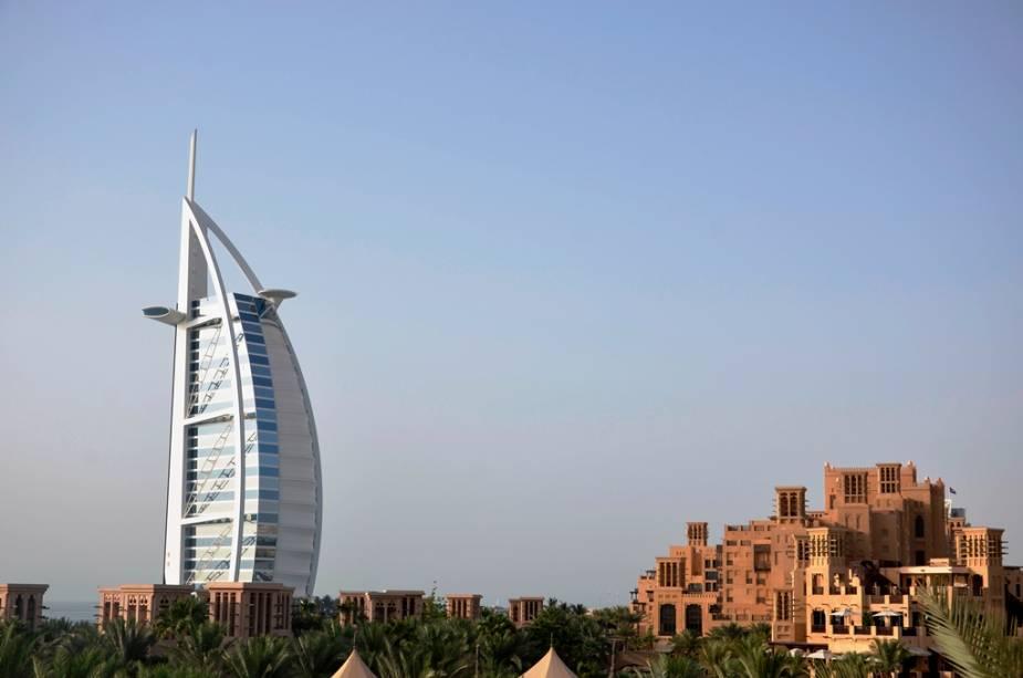 A modernidade das linhas do Burj al-Arab contrasta com a arquitetura tradicional do complexo comercial e gastronômico Madinat Jumeirah.  Os edifícios têm quase a mesma idade