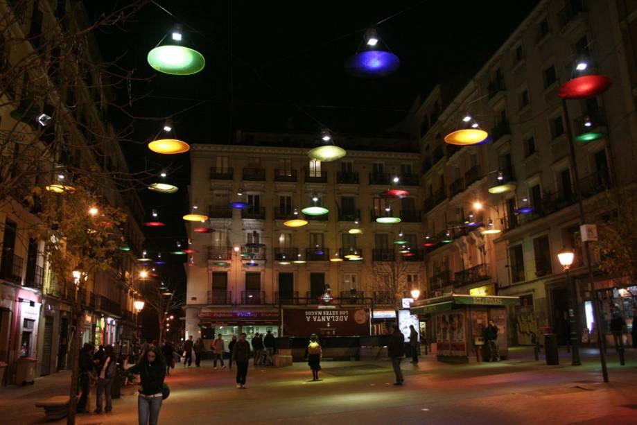 A Plaza de Chueca é popular entre a comunidade LGBT e é um bom lugar para aproveitar a vida noturna de Madri