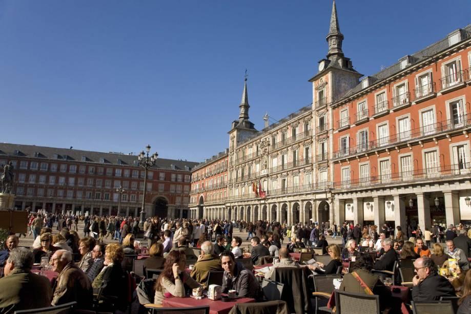 Mesas com vários bares e cafés são distribuídas sob as arcadas da Plaza Mayor de Madri, do século XVII.
