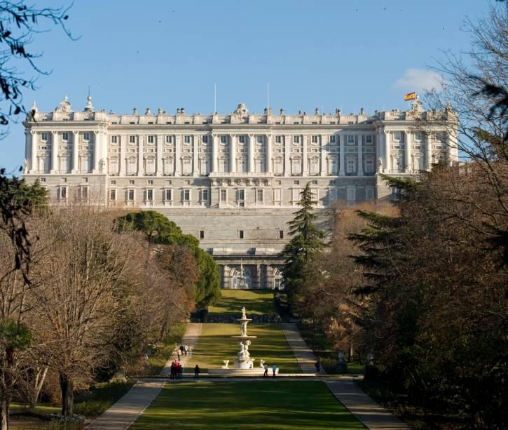 O Palácio Real foi construído pelo Rei Felipe V no século XVIII com o objetivo de impressionar.  São quase 3.000 quartos, todos em estilo barroco e rococó