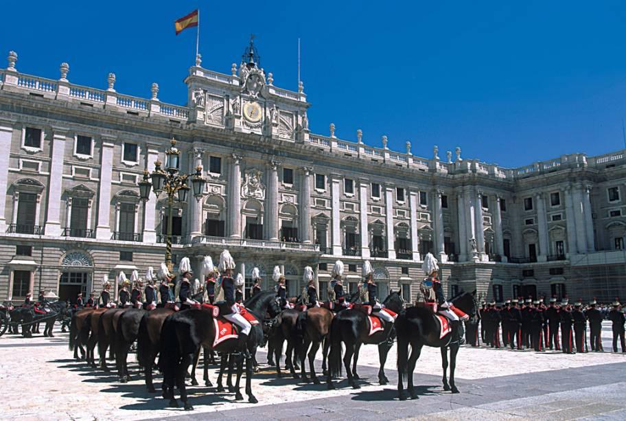 Arquitetos italianos e artistas franceses foram convidados para projetar e decorar os quase 3.000 quartos do Palácio Real de Madri