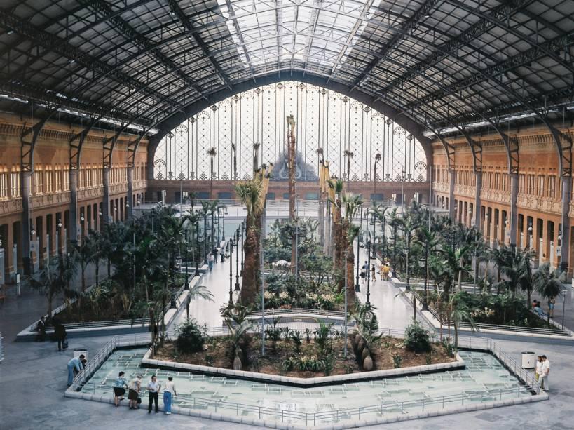 A estação de Atocha é o ponto de chegada e partida do trem de alta velocidade de 300 km / h que conecta Madrid a Barcelona
