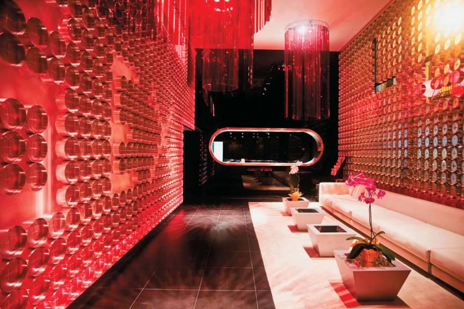 Os quartos do Hotel Óscar são decorados com cores vivas e objetos exóticos para receber o típico visitante de Chueca, bairro boêmio de Madrid.