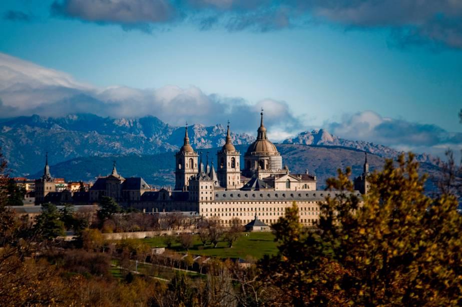 O Escorial do século 16, a 45 km de Madrid, é um grande complexo com palácio, mosteiro, museu e biblioteca