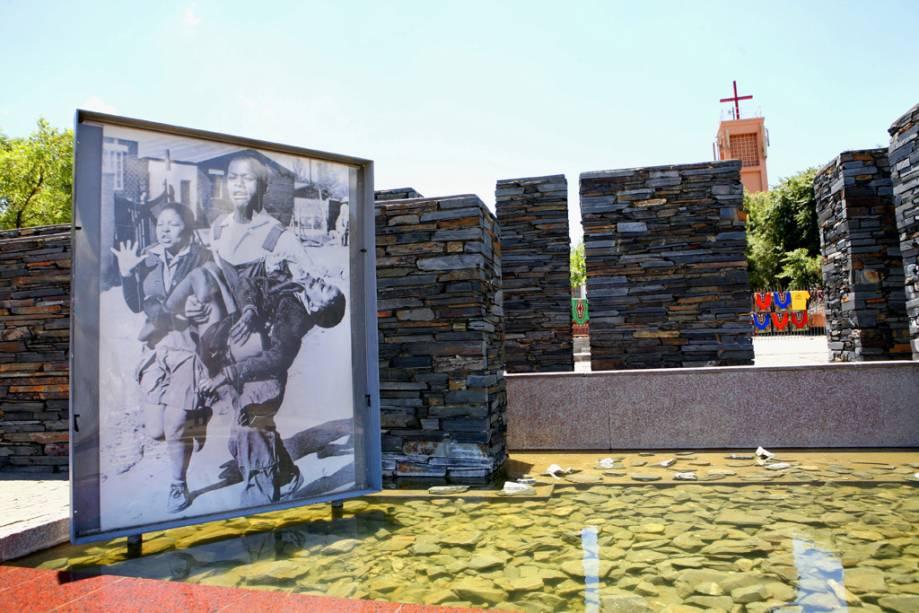 O Museu Hector Pieterson de Soweto reúne uma vasta coleção de fotos e vídeos da era do apartheid, com uma trilha sonora assustadora