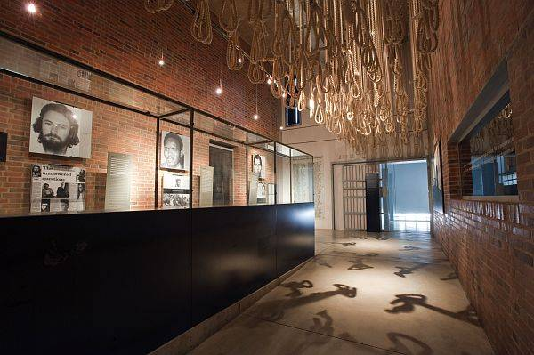 O Museu do Apartheid abriga exposições sobre o regime de apartheid da África do Sul