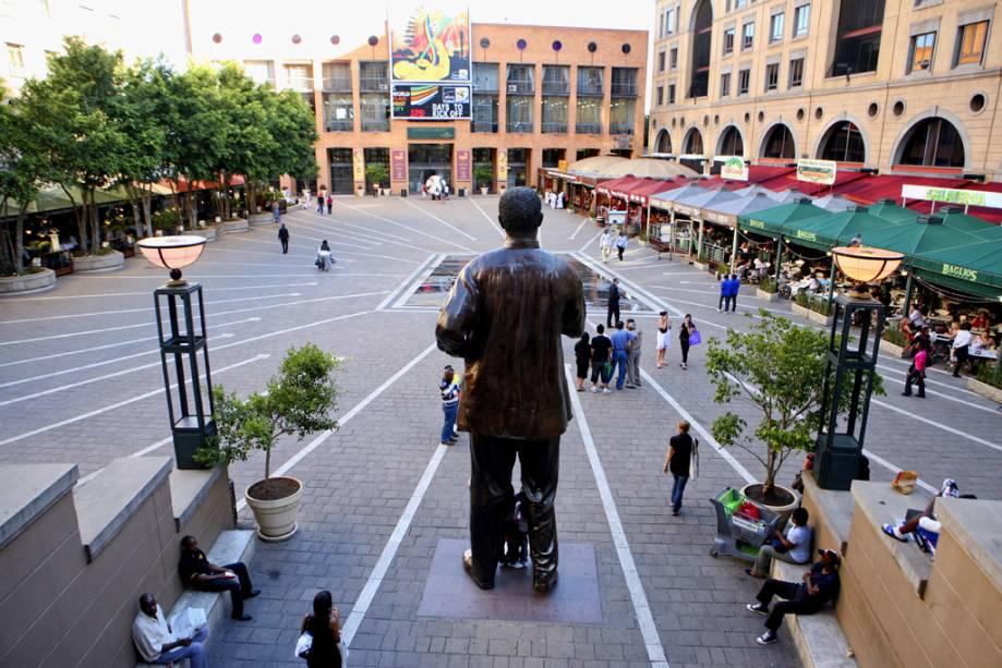 Na praça que leva seu nome no elegante Sandton City Mall está uma enorme estátua do ex-presidente Nelson Mandela