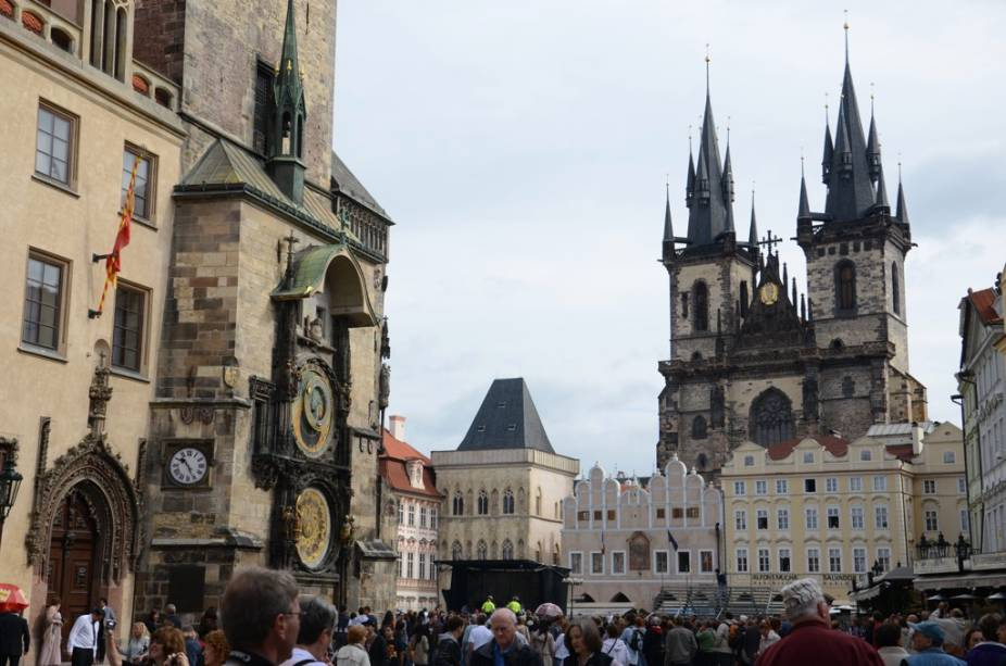 Starometske Namesi, a Praça da Cidade Velha, é o coração turístico de Praga.  A multidão se aglomera em frente ao relógio astronômico