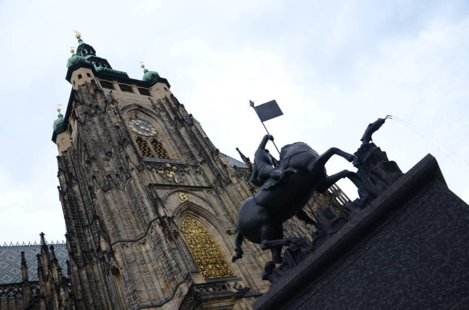 Catedral de São Vito e estátua de São Jorge no Castelo de Praga