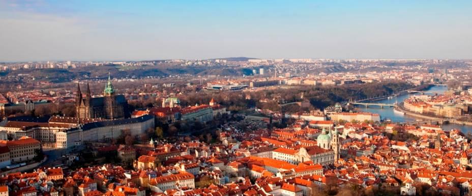 Panorama do centro de Praga com o castelo à esquerda, Malá Strana em primeiro plano e do outro lado do rio até o bairro judeu de Josefov