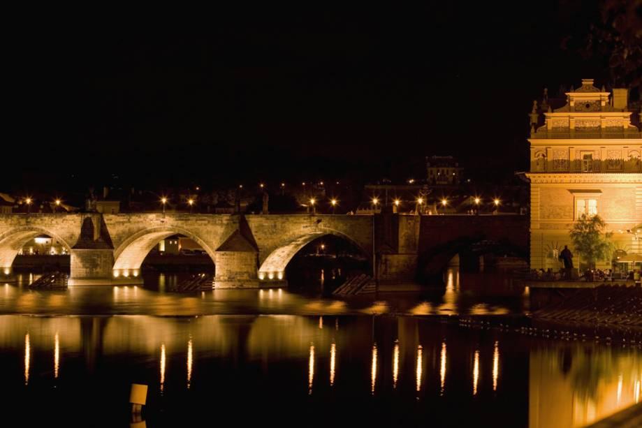 A Ponte Carlos é a mais antiga da capital tcheca e foi construída entre os séculos XIV e XV.  Possui 30 estátuas e 16 pilares de sustentação, alguns dos quais foram repetidamente destruídos pelas enchentes