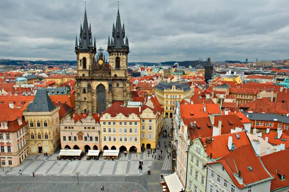 Praça da Cidade Velha em Praga, dominada pela Igreja de Nossa Senhora antes de Tyn