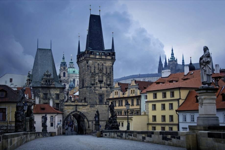 Ponte Carlos em Praga com o castelo ao fundo