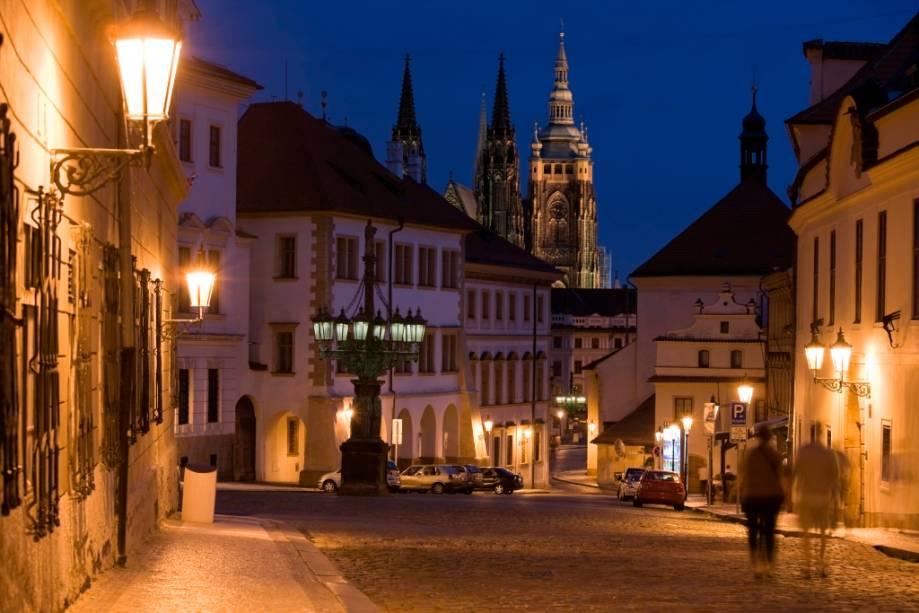 A cidade de Praga o convida a andar de mãos dadas e admirar a fascinante luz dos edifícios históricos