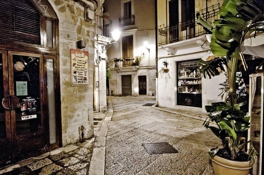 """O nome da vila de Alberobello deriva de """"Guerra das arvores"""", O que isto significa """"lindas arvores"""" e refere-se a uma antiga floresta de carvalhos que existia na área quando as casas foram construídas"""