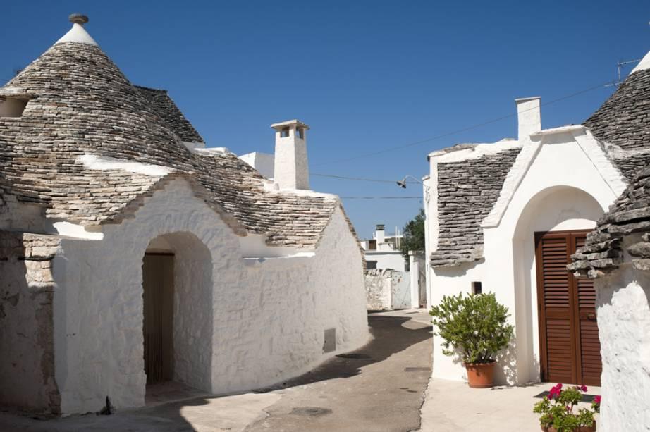 A cidade de Alberobello está localizada perto de Bari: cerca de 1.500 pequenas casas com telhados de pedra foram construídas antes do século XIV.