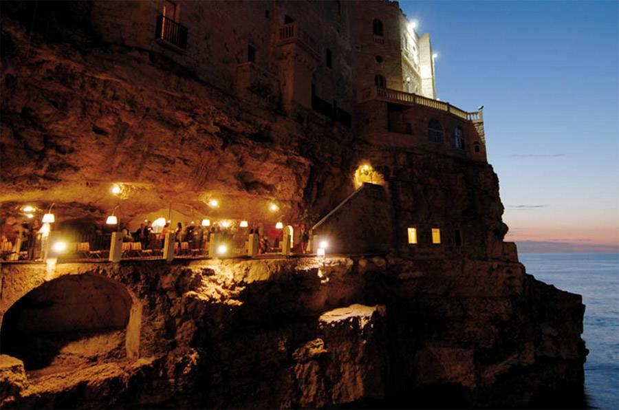 O restaurante Grotta Palazzese está aberto apenas nos meses mais quentes do ano, de maio a outubro, e oferece um menu italiano de massas, peixes e frutos do mar
