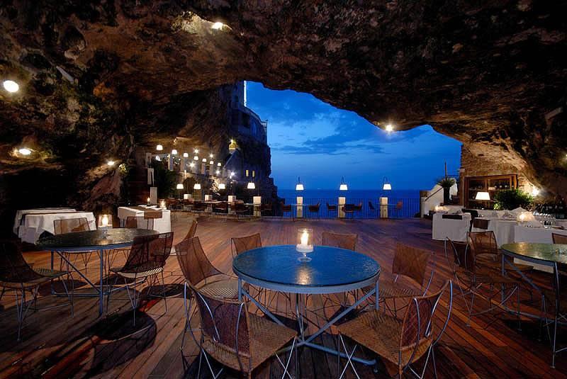 """O restaurante característico está localizado a 30 km ao sul de Bari""""http://www.grottapalazzese.it/it/home/"""" rel =""""Caverna Palazzese"""" Objetivo =""""_vazio""""> O Grotta Palazzese, parte do hotel de mesmo nome, está localizado em uma caverna no Mar Adriático"""" class=""""lazyload"""" data-pin-nopin=""""true""""/></div> <p class="""