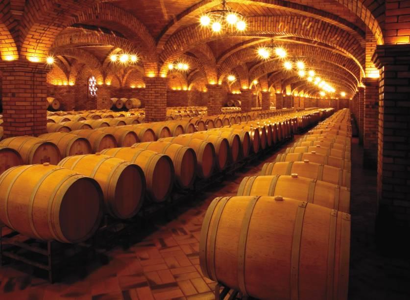 Na vinícola Salton, em Bento Gonçalves, o visitante conhece as adegas, que abrigam até 6 milhões de garrafas, a linha de produção e a área vitivinícola.