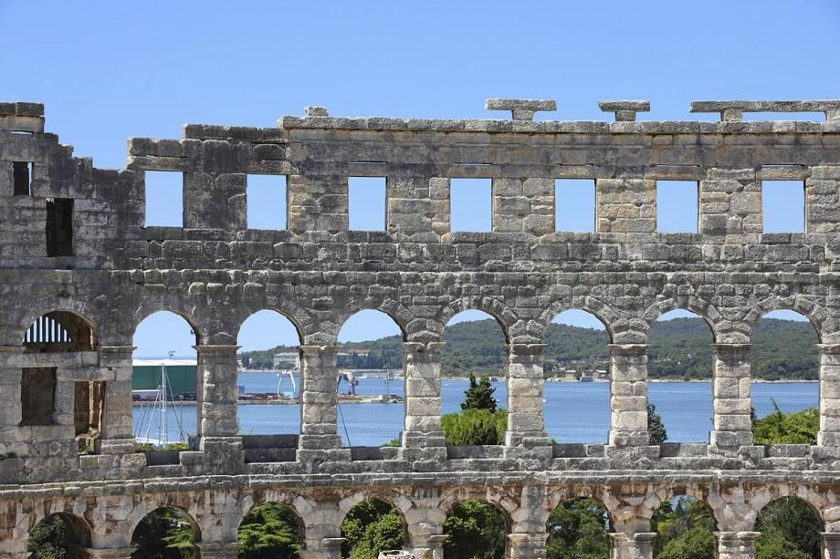 Vista do porto de Pula das ruínas do anfiteatro;  Embora o edifício seja menor do que o Coliseu de Roma, está bem conservado.  Ainda é possível ver os ganchos que foram presos às copas que serviam para proteger os espectadores do sol.
