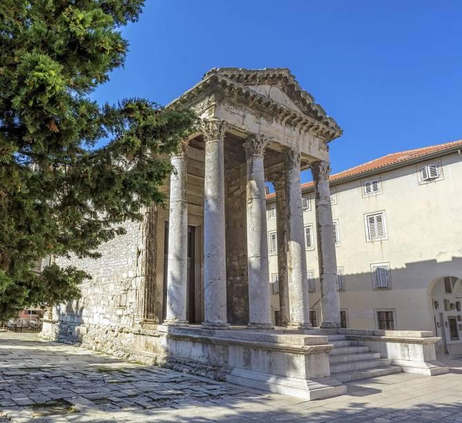 Outra construção da época do Império Romano é o Templo de Augusto na praça central da cidade