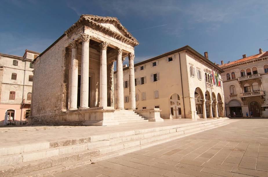 O Templo de Augusto é o único edifício remanescente da época do Império Romano na praça central de Pula.  Destruído pela explosão de uma bomba em 1944, o prédio e suas colunas foram reconstruídos e hoje abriga um pequeno museu da história da cidade