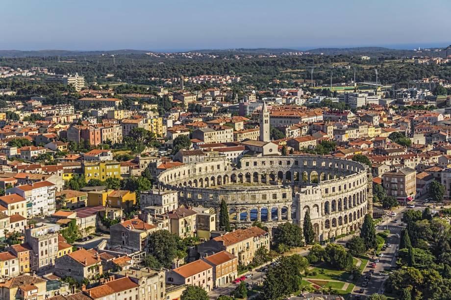 Vista geral da cidade de Pula com o anfiteatro romano em destaque