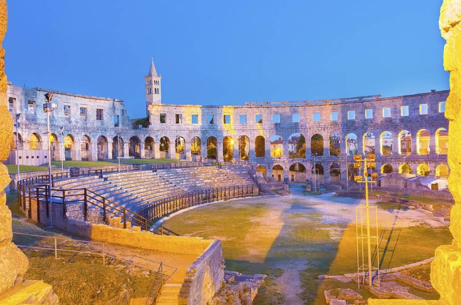 Vista do anfiteatro romano em Pula;  Nas noites quentes de verão, o local dá as boas-vindas ao público em um festival de cinema ao ar livre