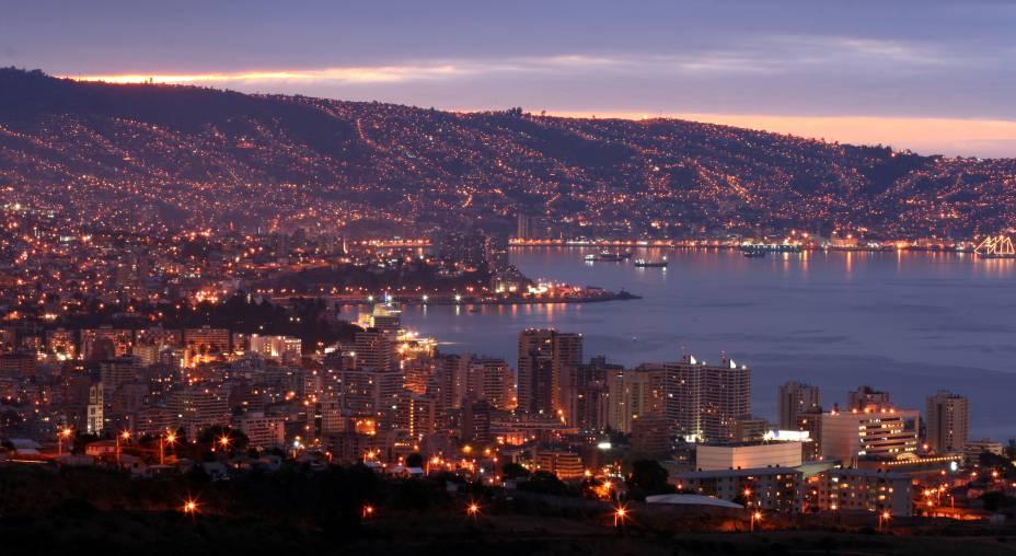 Valparaíso, junto com Viña del Mar, é a principal cidade portuária do Chile, onde os turistas procuram as famosas faixas de areia para rastejar ao sol.