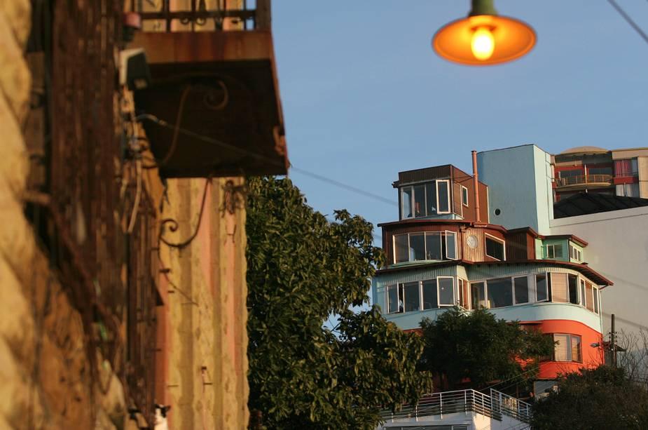 Vista da casa La Sebastiana, que pertenceu a Pablo Neruda.  Hoje, o local onde a decoração original é mantida é um museu dedicado ao poeta