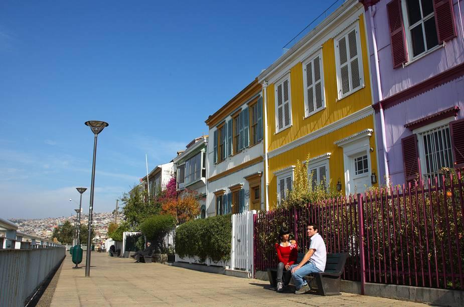 O Paseo Gervasoni com suas casas coloridas atrai turistas pela vista panorâmica da cidade e do porto