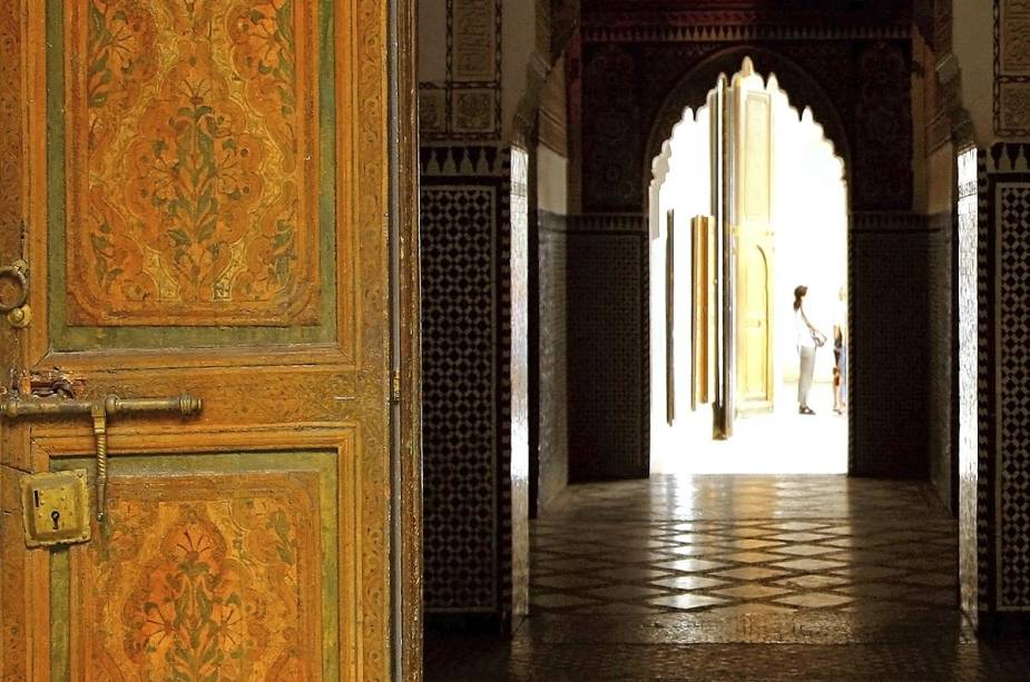 Entrada de um edifício típico marroquino: portas grossas e pesadas dão acesso a terraços iluminados