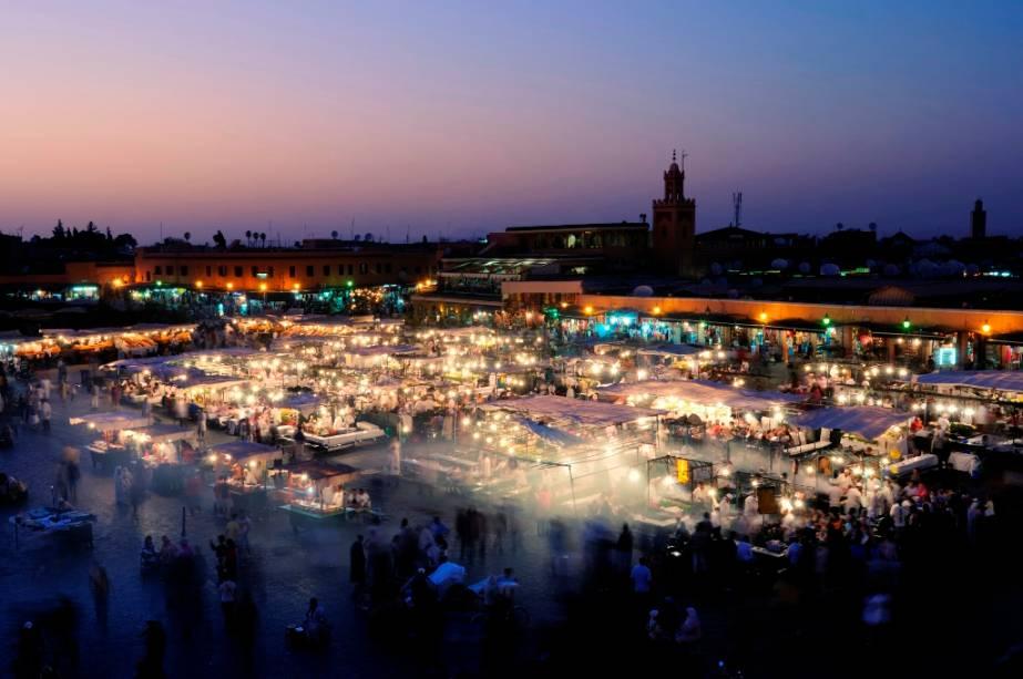 Jemaa el Fna é uma grande praça na medina de Marrakech.  Durante o dia, os transeuntes encontram acrobatas e encantadores de serpentes, mas ao cair da noite o local se enche de dezenas de barracas que vendem comida típica.  O incrível clima do local é considerado pela Unesco como patrimônio imaterial da humanidade.