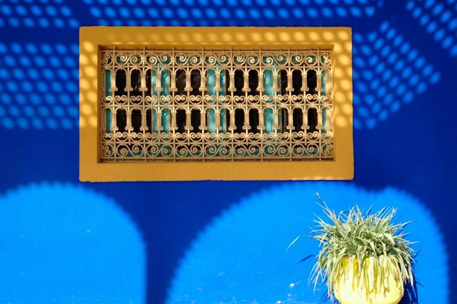 No início do século 20, o pintor francês Jacques Majorelle mudou-se para Marrakech e construiu um grande jardim variegado com plantas de todo o mundo.  Em todos os lugares é possível ver o jogo de luz e sombra e as fascinantes combinações de cores que chamaram a atenção de Yves Saint-Laurent, que adquiriu o imóvel na década de 1980.