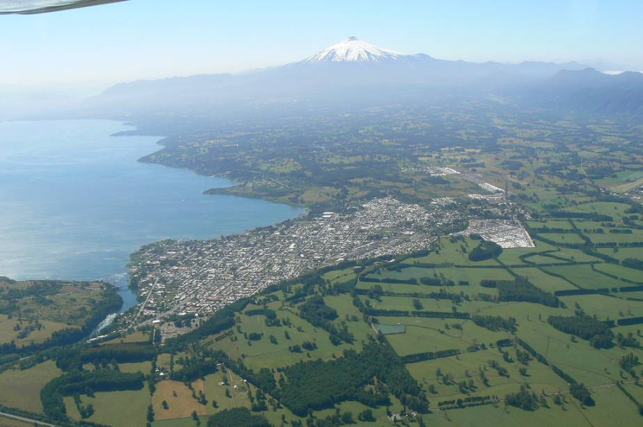 Vista aérea da vila de Villarrica, às margens do lago homônimo