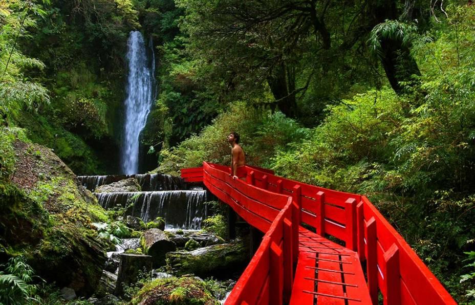 A região de Pucón e Villarrica é repleta de cachoeiras, passarelas e fontes geotérmicas