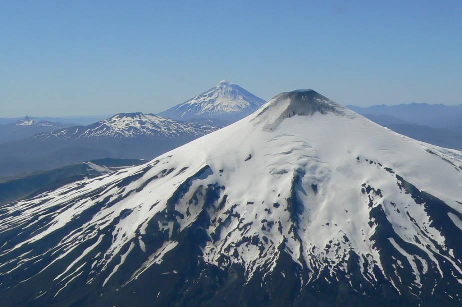Vulcões Villarrica, Quetrupillan e Lanín no sul do Chile