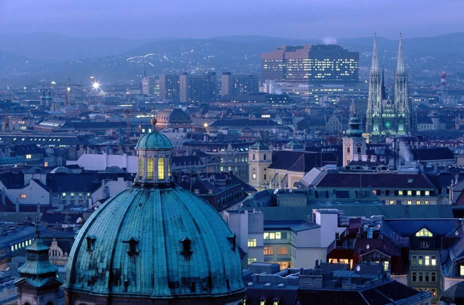 Viena, que já foi a capital de um dos mais importantes impérios europeus, é hoje uma cidade moderna e pacífica, mas ainda prospera graças ao forte patrimônio cultural e artístico dos Habsburgos.