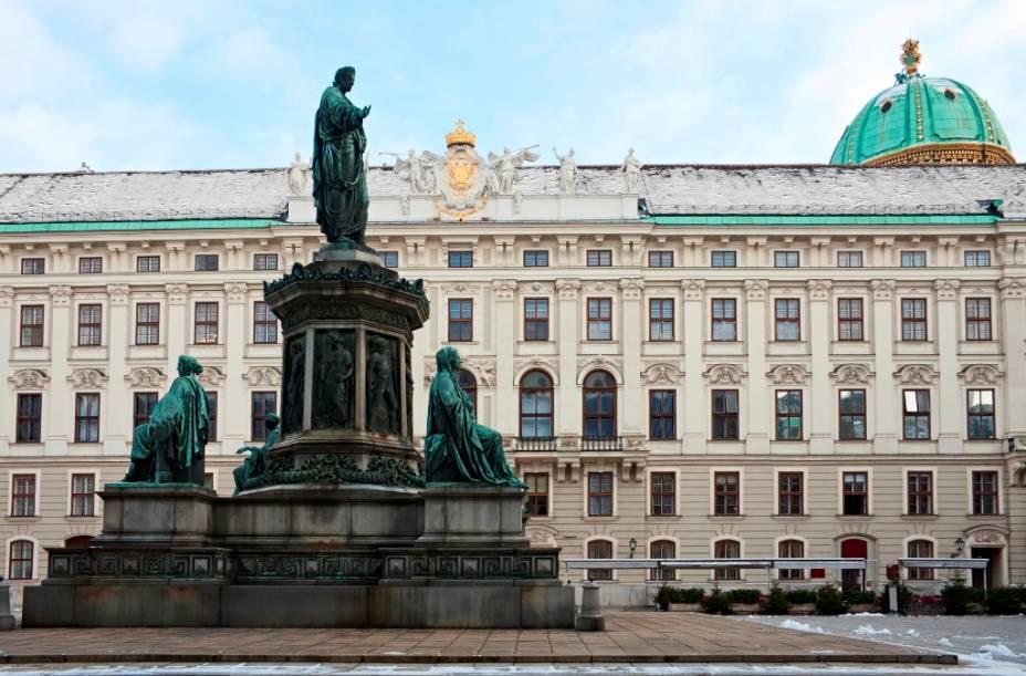 O grande complexo de Hofburg abriga vários edifícios, de escritórios estaduais a salões de baile