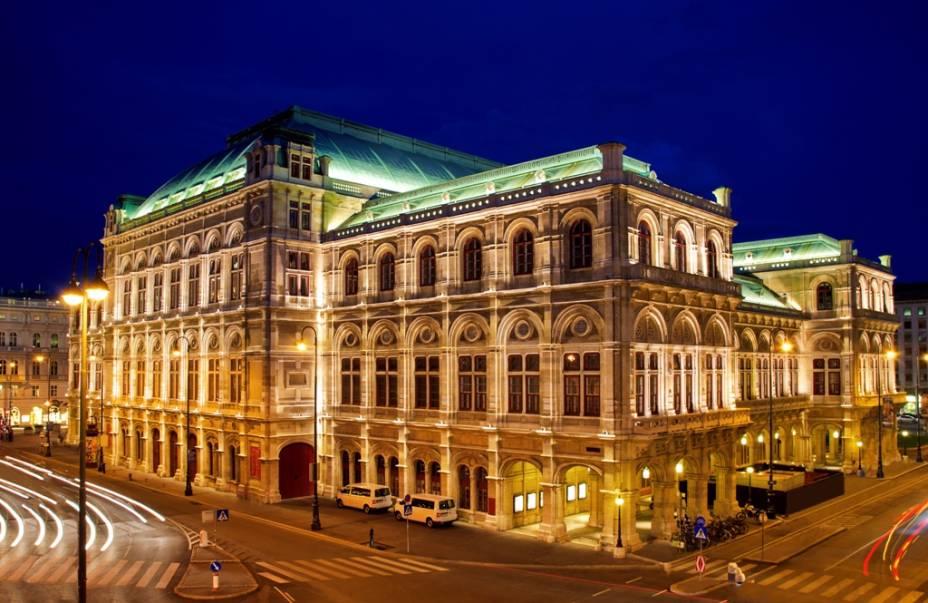 A Wiener Oper, a Ópera Estatal de Viena, foi construída no século 19 e muito danificada durante a Segunda Guerra Mundial.  Se eus pilotos incluem nomes como Gustav Mahler e Herbert von Karajan