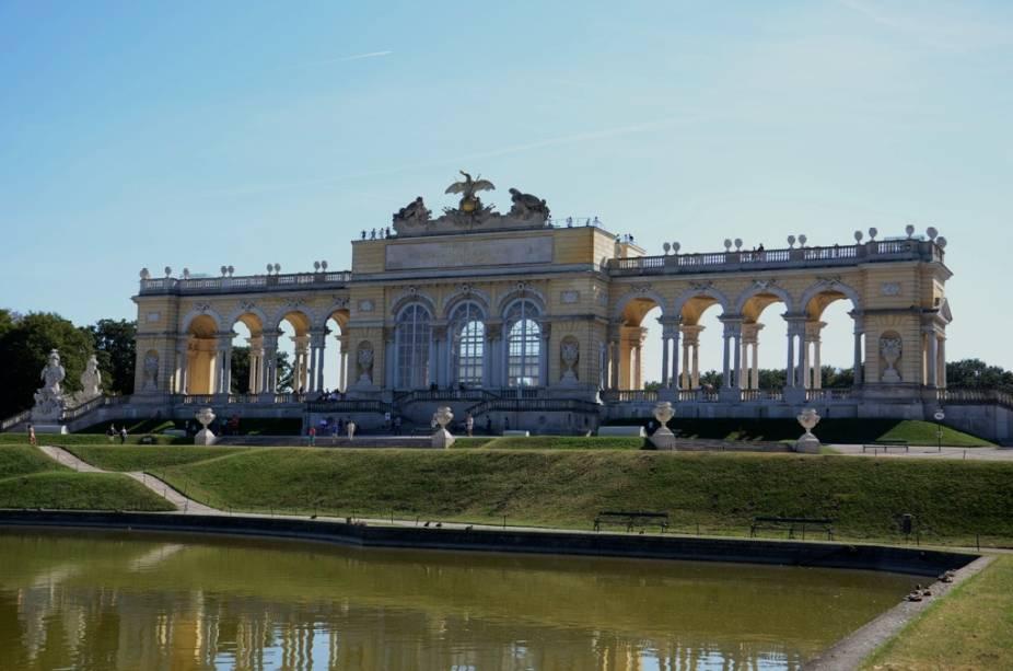 La Gloriette é uma pequena galeria em uma colina nos jardins do Palácio de Schönbrunn.  Hoje abriga um agradável café