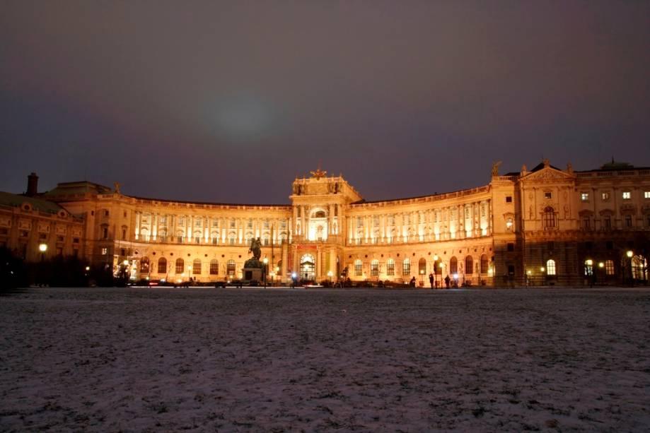 O Grand Hofburg, o palácio de inverno dos Habsburgos, é um enorme complexo de edifícios estatais, consistindo em áreas residenciais, estábulos, museus, capelas, escolas e escritórios dedicados à burocracia governamental.  Uma das áreas mais famosas são os elegantes salões de baile