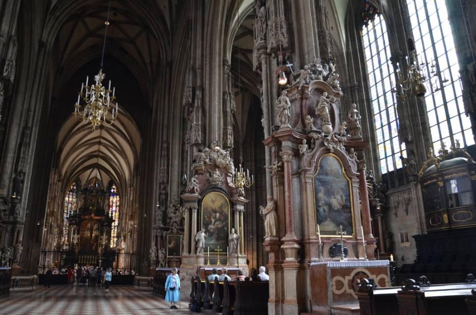 A Catedral de Estêvão domina o centro de Viena.  Se eus altares e capelas góticas e suas grandes dimensões verticais fazem dela um dos ícones mais poderosos da capital austríaca.